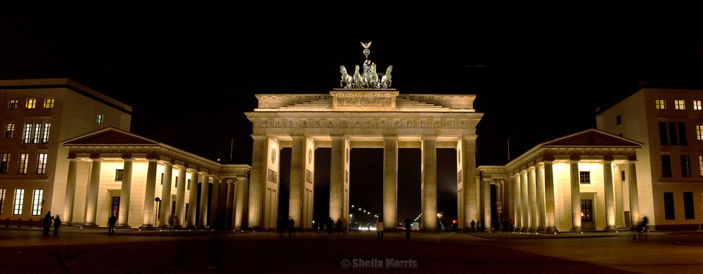 Brandenburg Gate at night - Panorama